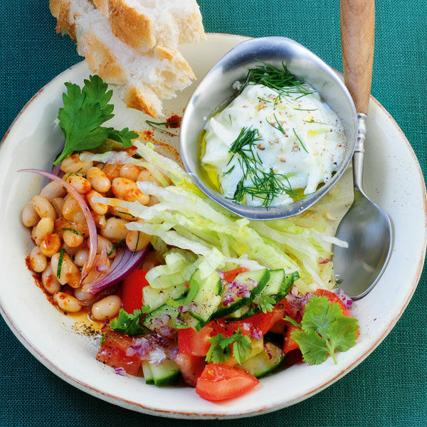 Türkische Salatplatte mit Cacik Rezept | Küchengötter