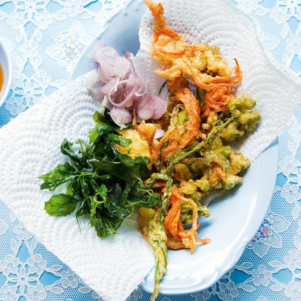 salat aus frittierten bl ttern und bl ten yam pak grob rezept k cheng tter. Black Bedroom Furniture Sets. Home Design Ideas
