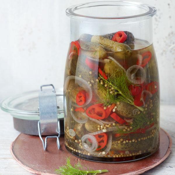 scharf saure gurken mit peperoni und zwiebeln rezept. Black Bedroom Furniture Sets. Home Design Ideas