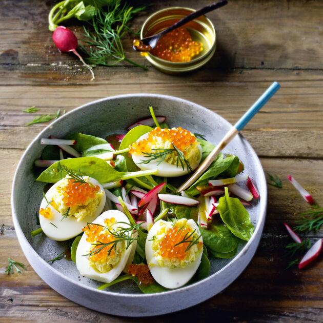 Gefüllte Eier auf Spinatsalat Rezept | Küchengötter