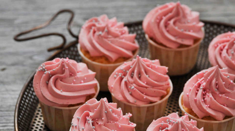 Passionsfrucht-Cupcakes mit Himbeerfrosting