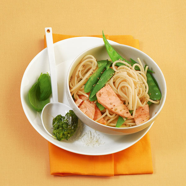 lachs spaghetti mit pesto rezept k cheng tter. Black Bedroom Furniture Sets. Home Design Ideas