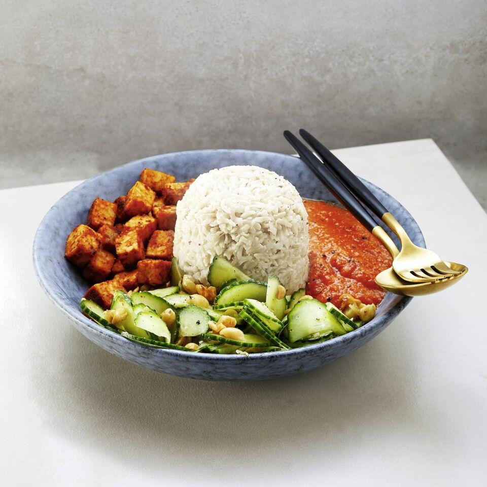 Nasi Campur mit scharfem Linsen-Sambal und Gurkensalat