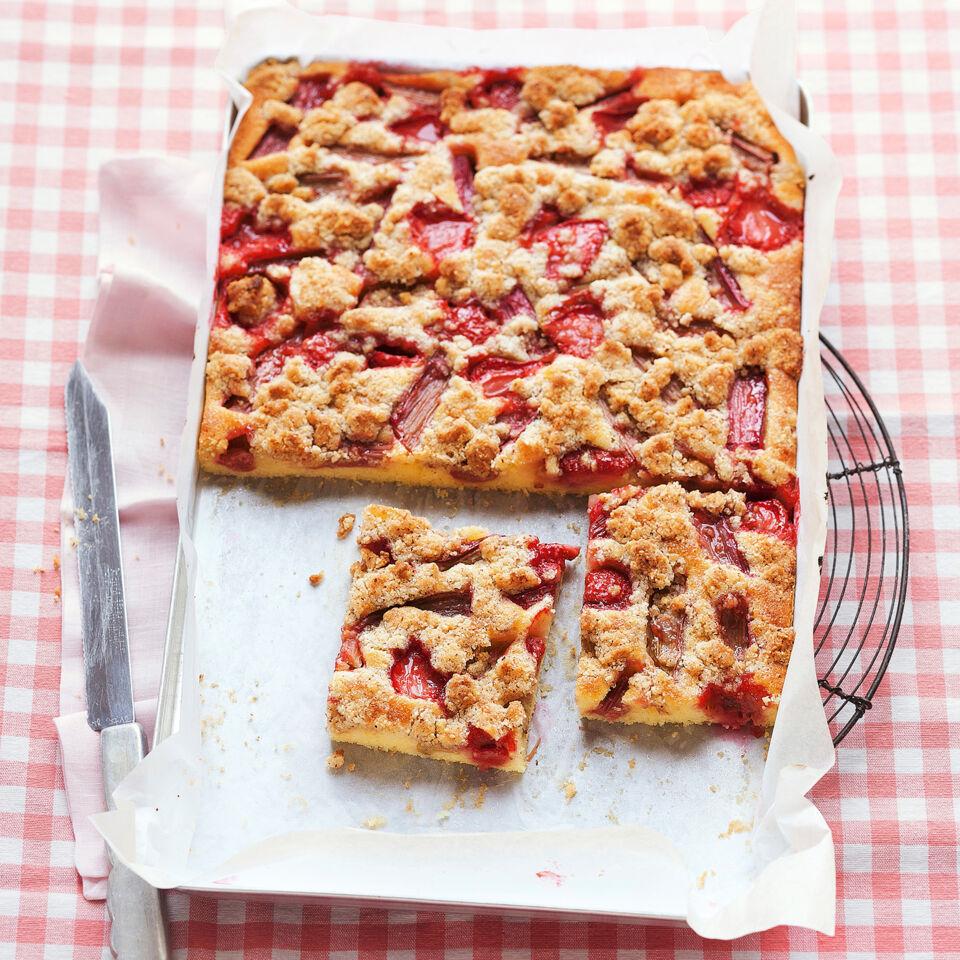 erdbeer rhabarber kuchen mit streusel