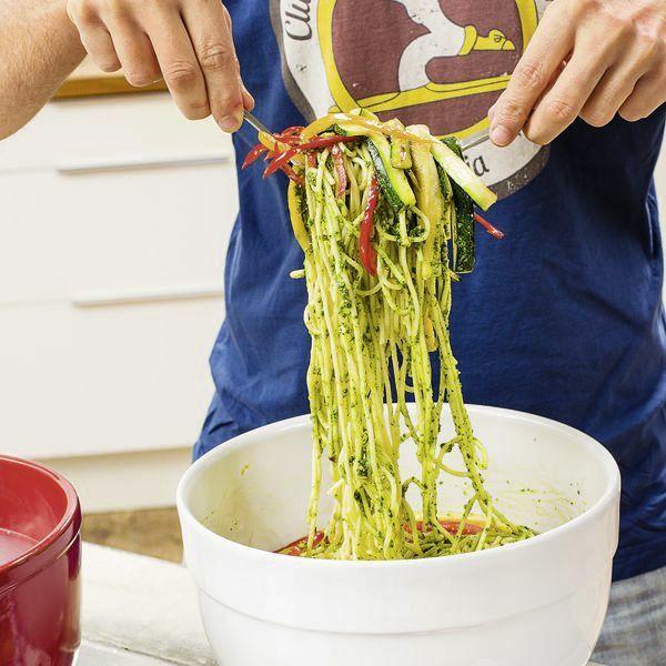gem se spaghetti mit pesto rezept k cheng tter. Black Bedroom Furniture Sets. Home Design Ideas
