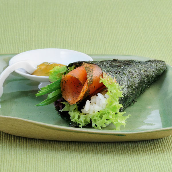 kleine temaki sushi mit gravad lachs rezept k cheng tter. Black Bedroom Furniture Sets. Home Design Ideas