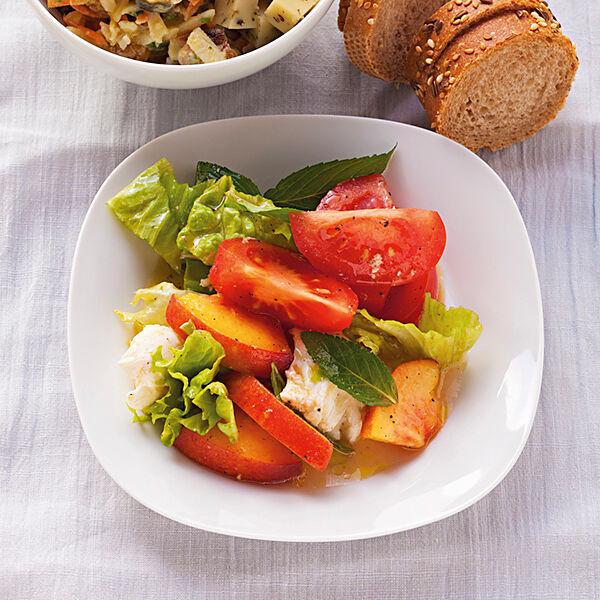 tomaten pfirsich salat mit mozzarella rezept k cheng tter. Black Bedroom Furniture Sets. Home Design Ideas