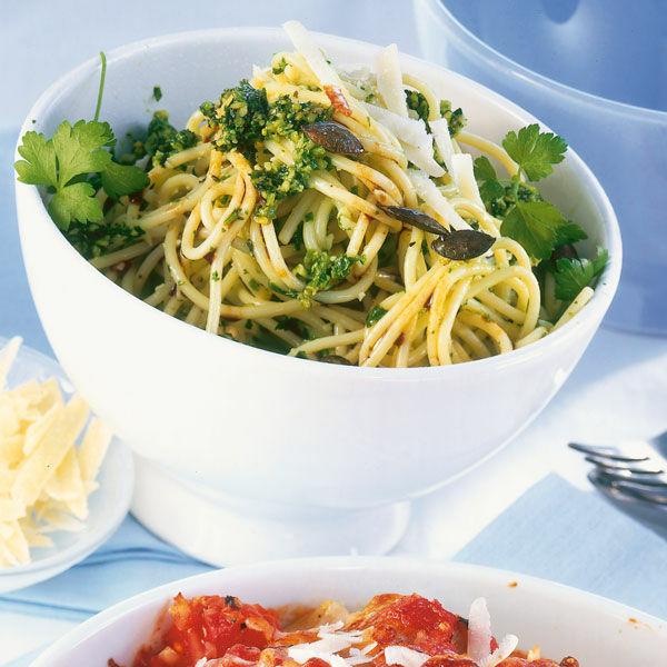 spaghetti mit k rbiskern kr uter pesto rezept k cheng tter. Black Bedroom Furniture Sets. Home Design Ideas