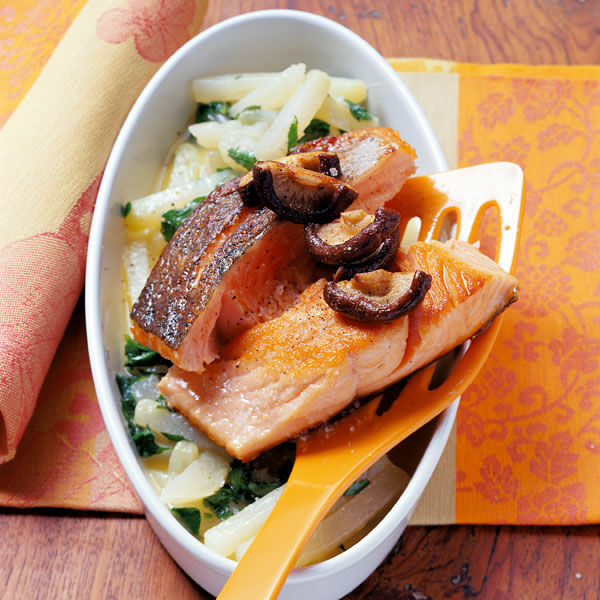 lachs mit kohlrabi und shiitake pilzen rezept k cheng tter. Black Bedroom Furniture Sets. Home Design Ideas