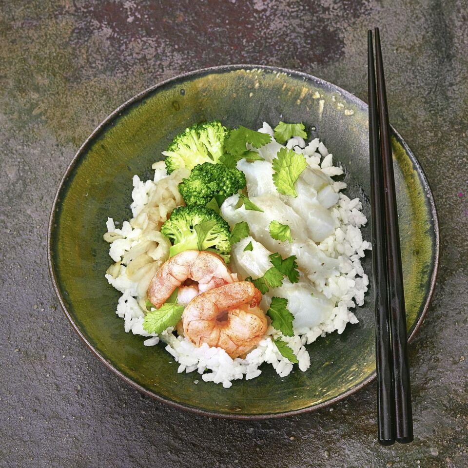 Chirashi-Sushi mit Kabeljau und Garnelen