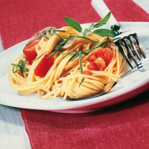 spaghetti mit tomaten und pilzen rezept k cheng tter. Black Bedroom Furniture Sets. Home Design Ideas