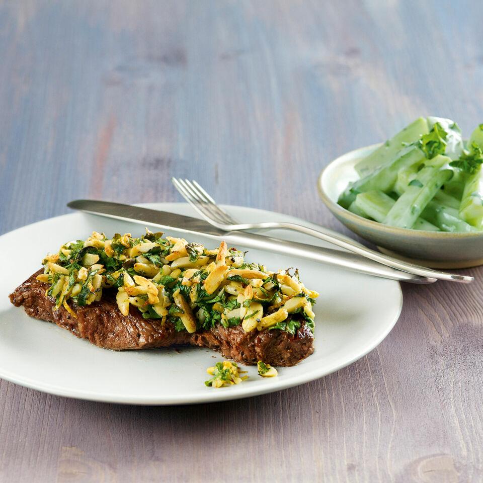 Gratinierte Steaks mit Gurkensalat Rezept | Küchengötter