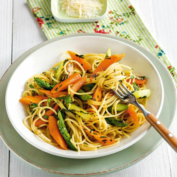 spaghetti mit gr nem spargel rezept k cheng tter. Black Bedroom Furniture Sets. Home Design Ideas