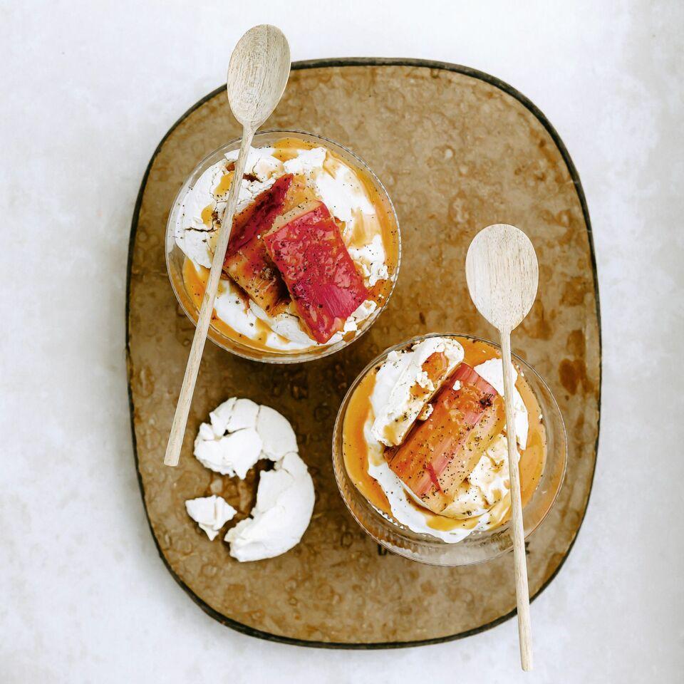 Rhabarberkompott mit Karamell, Joghurt und Baiser