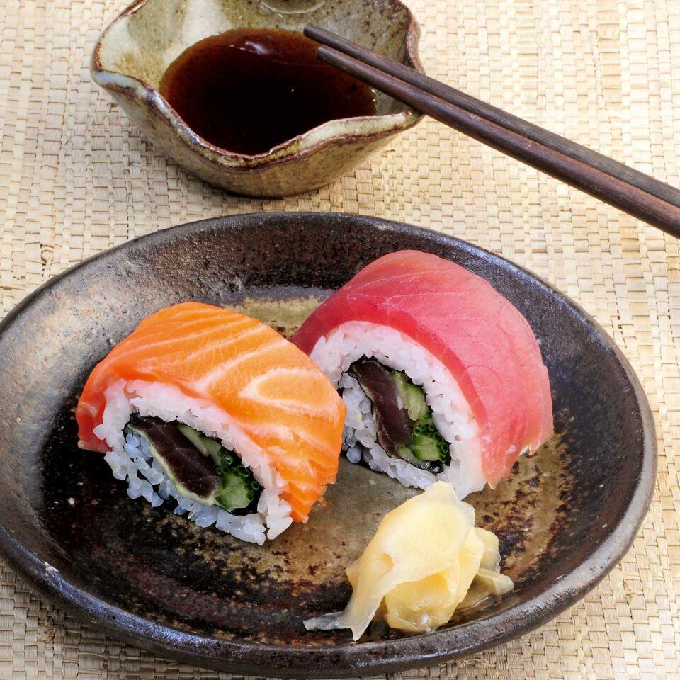 regenbogen sushi mit lachs und thunfisch rezept k cheng tter. Black Bedroom Furniture Sets. Home Design Ideas