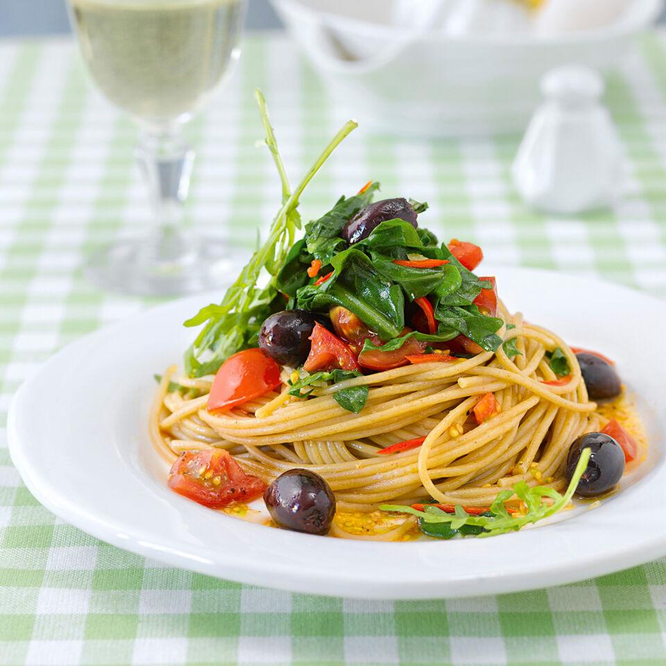 spaghetti mit rucola und schwarzen oliven rezept k cheng tter. Black Bedroom Furniture Sets. Home Design Ideas