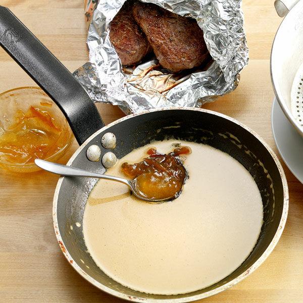 die perfekte leichte sauce zum steak rezept k cheng tter. Black Bedroom Furniture Sets. Home Design Ideas