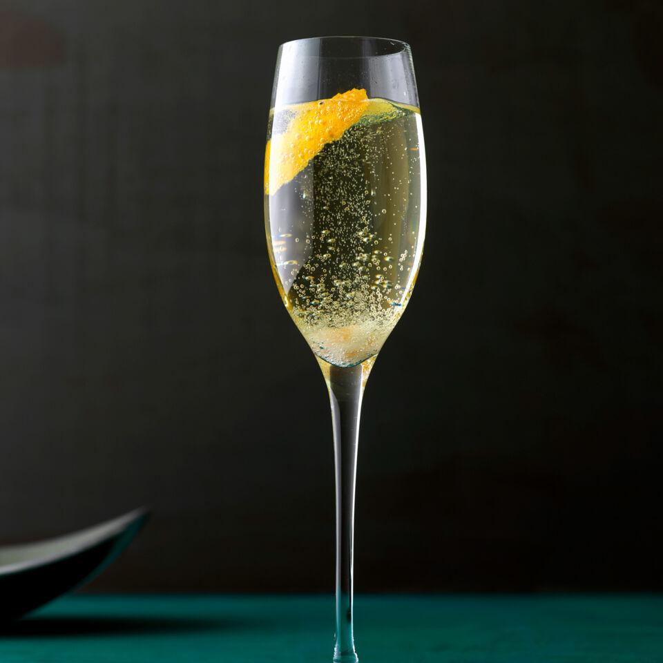 champagner cocktail classic rezept k cheng tter. Black Bedroom Furniture Sets. Home Design Ideas
