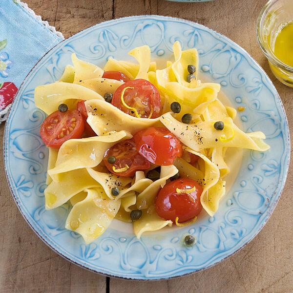 tomaten kapern nudeln rezept k cheng tter. Black Bedroom Furniture Sets. Home Design Ideas