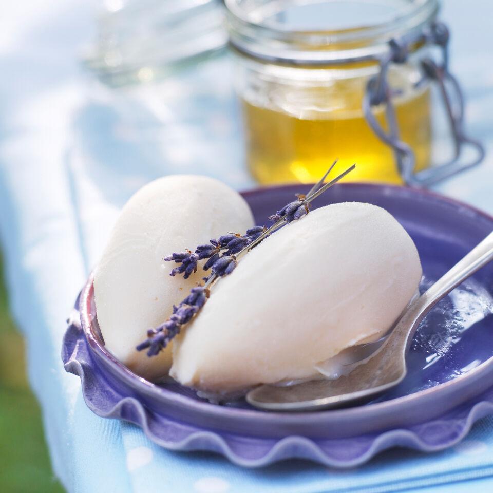 sahniges lavendel honig eis rezept k cheng tter. Black Bedroom Furniture Sets. Home Design Ideas