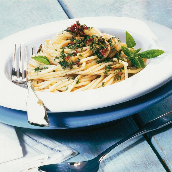 spaghetti mit knoblauch l und pfefferschote rezept k cheng tter. Black Bedroom Furniture Sets. Home Design Ideas