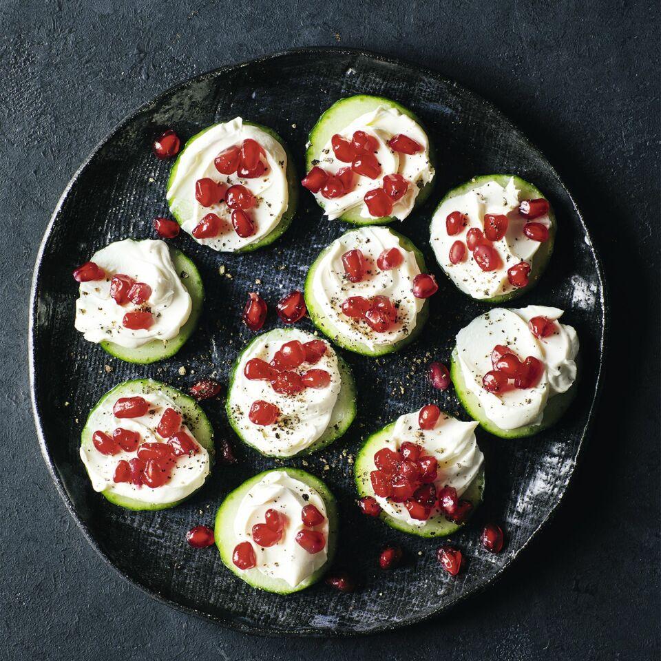 Gurkenhappen mit Granatapfel