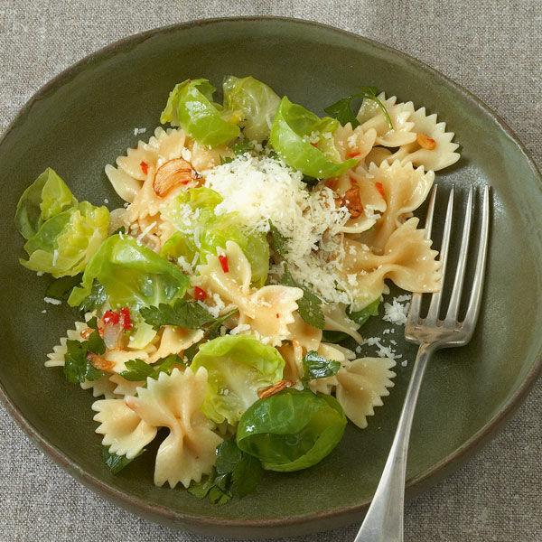 scharfe pasta mit rosenkohl chili und knoblauch rezept k cheng tter. Black Bedroom Furniture Sets. Home Design Ideas