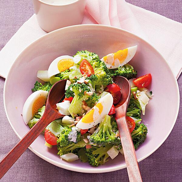 Brokkolisalat mit eiern und nussdressing rezept k cheng tter - Eier kochen ohne anstechen ...