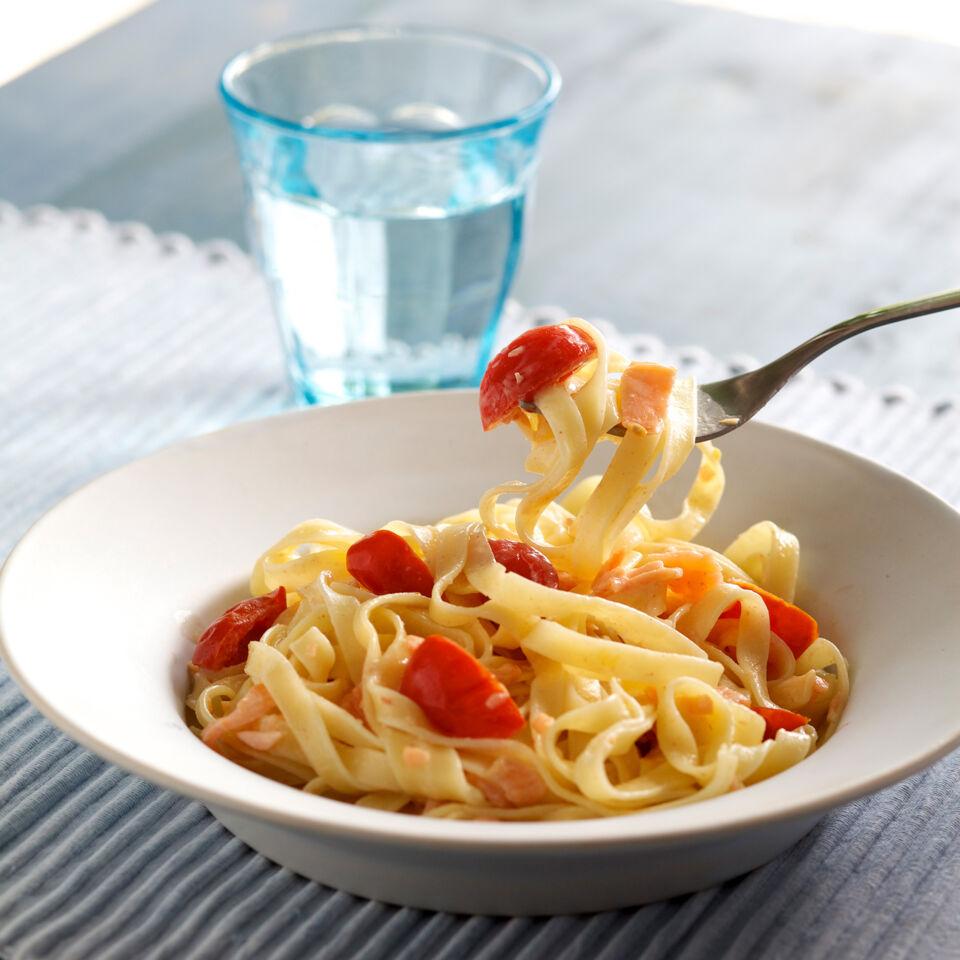 pasta mit lachs tomaten sahne rezept k cheng tter. Black Bedroom Furniture Sets. Home Design Ideas