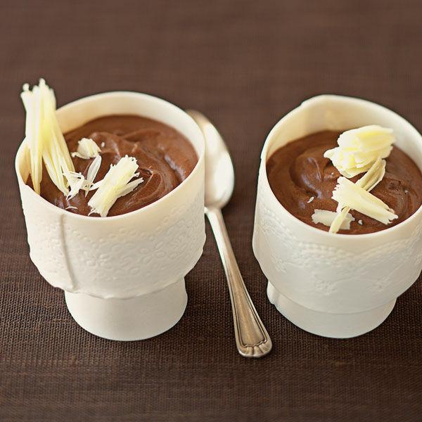 mousse au chocolat mit wei en schoko raspeln rezept k cheng tter. Black Bedroom Furniture Sets. Home Design Ideas