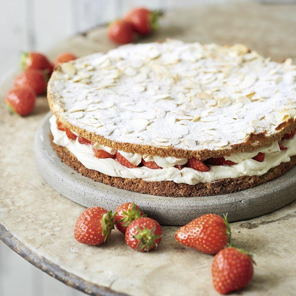 Erdbeer Mandel Torte Mit Feiner Sahne Fullung Rezept Kuchengotter