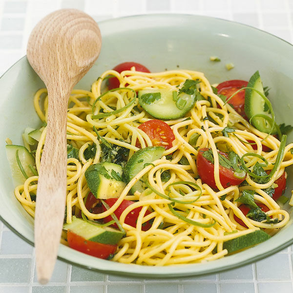 spaghettisalat mit zucchini und zitrone rezept k cheng tter. Black Bedroom Furniture Sets. Home Design Ideas