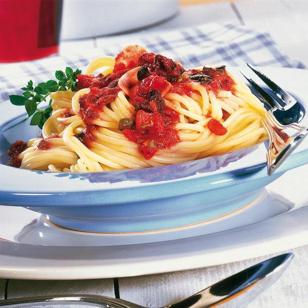 spaghetti in tomaten sardellen sauce rezept k cheng tter. Black Bedroom Furniture Sets. Home Design Ideas